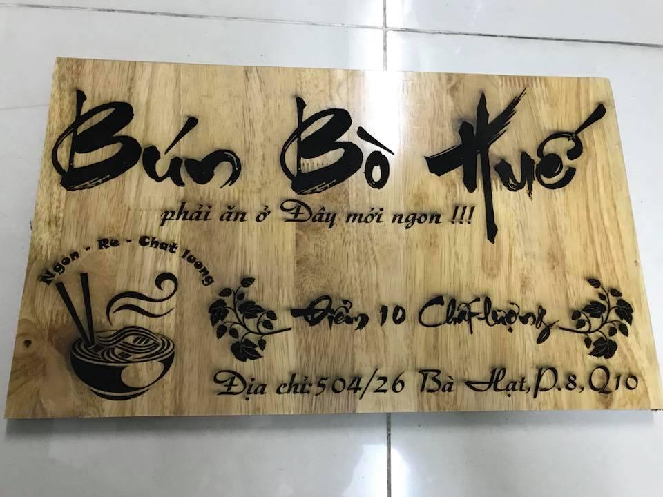 Bảng hiệu được khắc laser trên gỗ giá rẻ